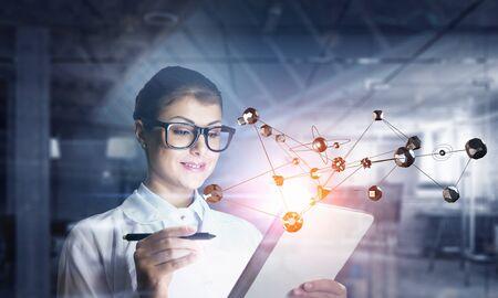 investigando: Científico de la mujer que hace la investigación. Técnica mixta. Técnica mixta