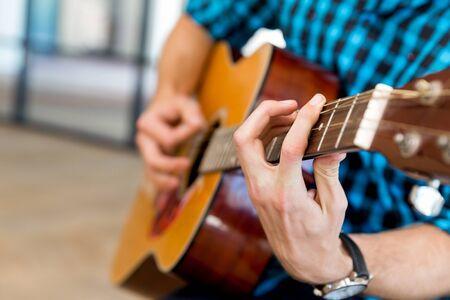 Man playing guitar in office Reklamní fotografie