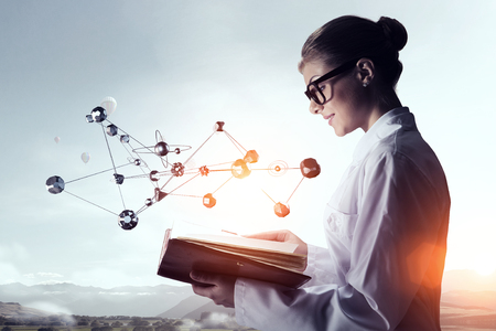 investigando: Científico de la mujer que hace la investigación. Técnica mixta