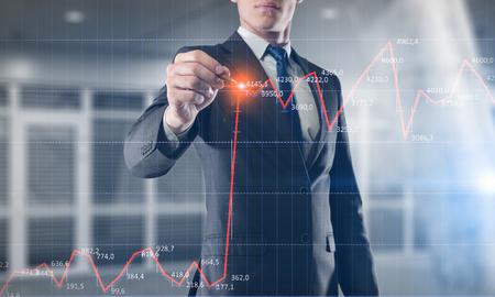 Close-upbeeld van de grafieken van de zakenmantekening op het scherm. Gemengde media Stockfoto
