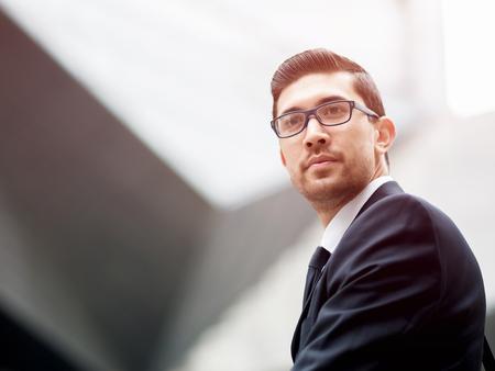 Portret van knappe zakenman buiten Stockfoto