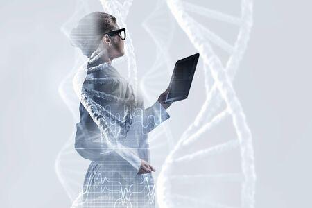タブレット pc を使用しての科学者の女性。ミクスト メディア