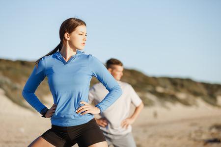 Jong koppel op het strand trainen samen