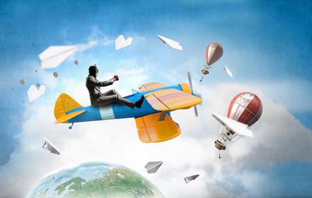 Aviador en el plano retro. Medios mixtos