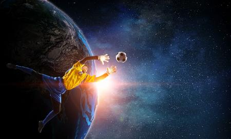 Keeper haalt uit met een fantastische trap. Gemengde media. Elementen van deze afbeelding zijn ingericht door NASA Stockfoto - 78894133