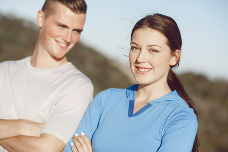 Jong paar op strand in sportkleding Stockfoto
