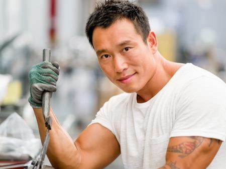 overol: Asian worker in production plant on the factory floor Foto de archivo
