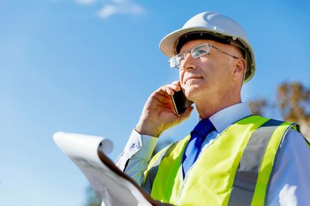 建設現場でのエンジニアのビルダー