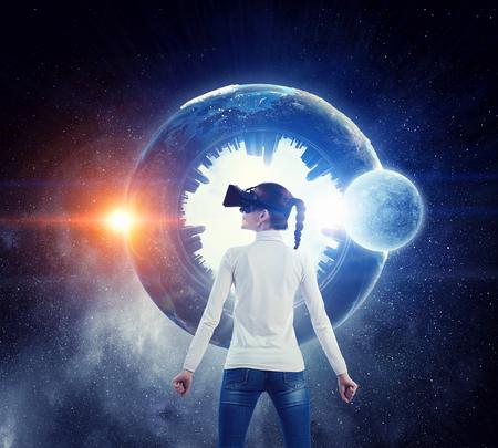 가상 현실을 경험하는 헬멧에 여자입니다. 혼합 미디어. 이 이미지의 요소는 NASA에 의해 제공됩니다. 스톡 콘텐츠