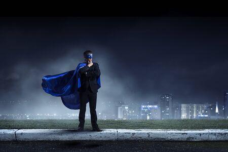 Sterk en krachtig als super held. Gemengde media Stockfoto