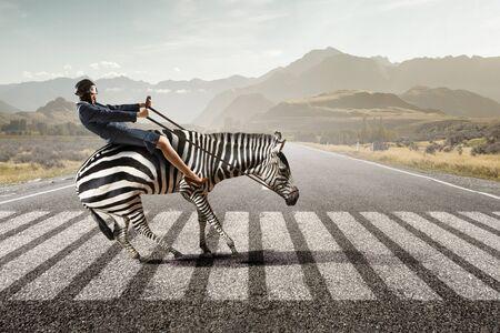 Zakenvrouw rijden zebra. Gemengde media