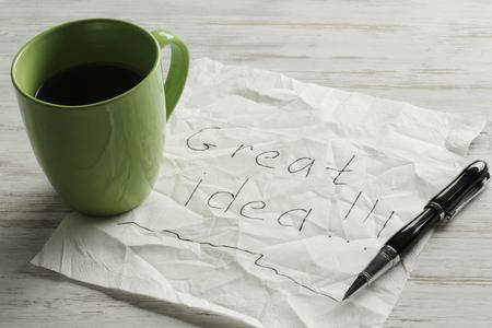 커피 컵 펜 및 나무 테이블에 메시지와 함께 napking 스톡 콘텐츠