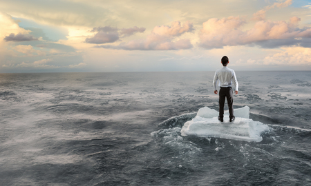 流氷の海をサーフィン