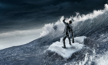 Surfen op zee op ijsschots Stockfoto - 80566885