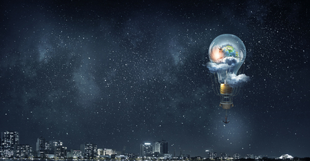 夕方の空に気球