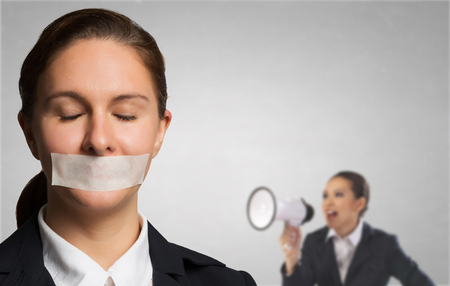 Moeide vrouw onder boos druk Stockfoto