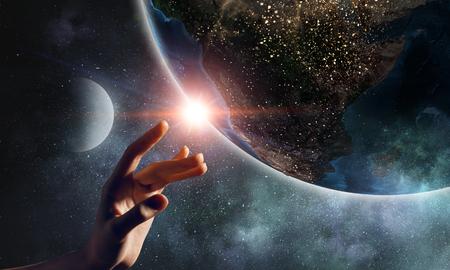 Berührender Planet mit dem Finger Standard-Bild - 80962643