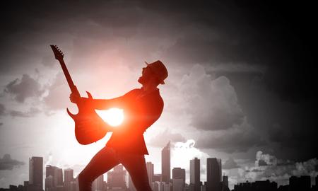 Rock guy con la guitarra. Medios mixtos Foto de archivo - 80919550