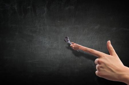 Concept de bricoleur avec la main de la personne et une clé à molette. Banque d'images - 81628319