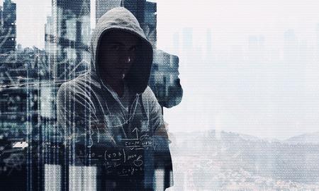 Jonge man haker dragen hoody op binaire code achtergrond. Gemengde media