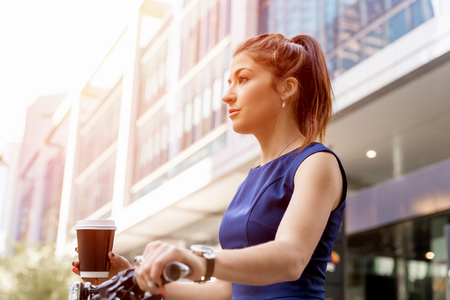 若い女性の自転車通勤