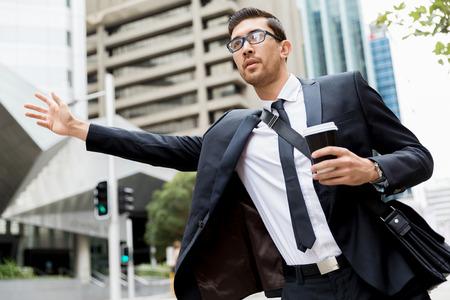 Joven, hombres de negocios, granizo, taxi Foto de archivo - 81840264