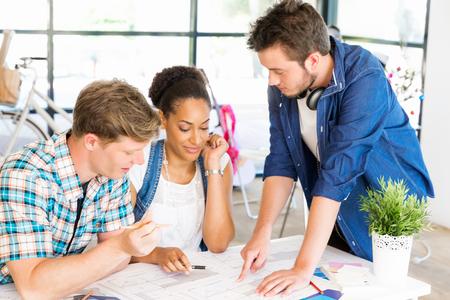 젊은 회사원 또는 팀으로서의 학생 스톡 콘텐츠