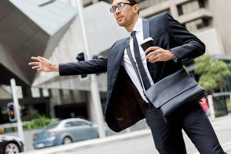Joven empresario gritando por un taxi Foto de archivo - 81840502