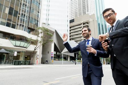 Dos jóvenes empresarios gritando por un taxi Foto de archivo - 81838679