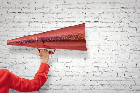 Sluit van vrouw die aankondiging in document rode trompet maakt Stockfoto