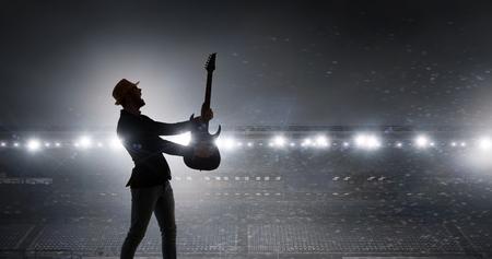 Rock guy à la guitare. Médias mélangés Banque d'images - 82520086
