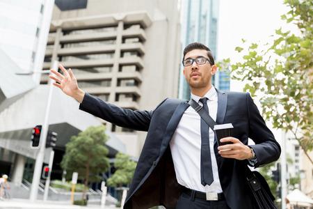 Jovem, homem negócios, elogiando, táxi Foto de archivo - 82559761