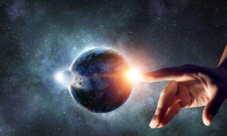 Berührender Planet mit dem Finger