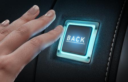 輝く青いボタンを押す手を閉じる