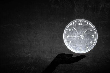 손바닥에 시계 아이콘을 들고 닫습니다 스톡 콘텐츠