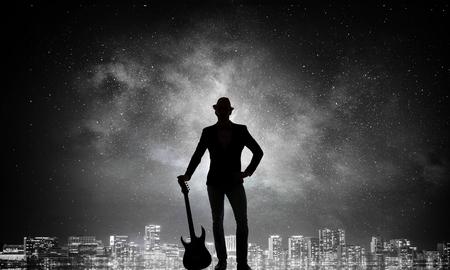Rock man met gitaar. Gemengde media