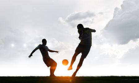Silhouetten von zwei Fußballspielern Standard-Bild - 82762881