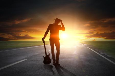 Rock guy con la guitarra. Medios mixtos Foto de archivo - 82814158