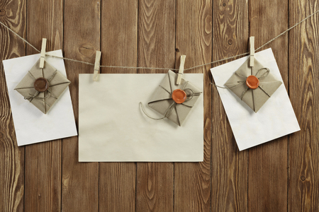 Envelopes pinned to rope 版權商用圖片 - 82899494