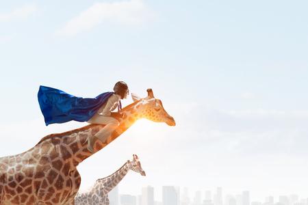 Mädchen-Sattel-Giraffe. Gemischte Medien Standard-Bild - 82899496