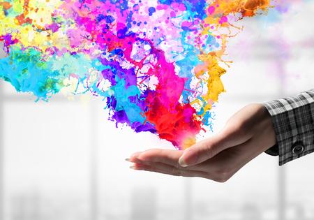 다채로운 페인트의 밝아진 채 손을 가까이. 혼합 매체 스톡 콘텐츠