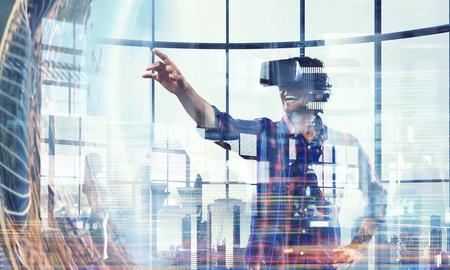 Man in virtuele helm. Gemengde media Stockfoto