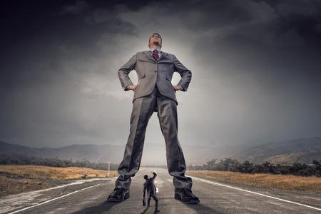 Él es gran jefe y tiene poder. Técnica mixta Foto de archivo
