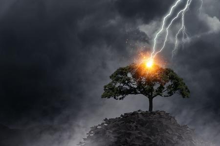 Bright lightning hit the tree Foto de archivo
