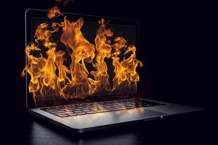 Beschädigung des Laptopgeräts. Gemischte Medien Standard-Bild - 83373311