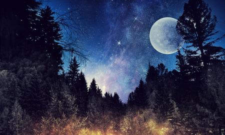 Sterrenhemel en maan. Gemengde media Stockfoto
