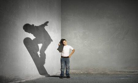 スケーターの少年の影。ミクスト メディア