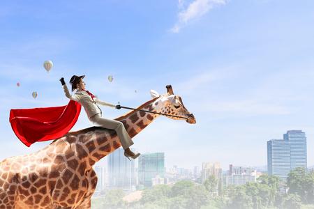 Meisje zadel giraf. Gemengde media