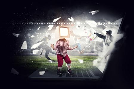TV adictos a los niños. Medios mixtos Foto de archivo - 83620848