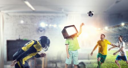 TV adictos a los niños. Medios mixtos Foto de archivo - 83620942